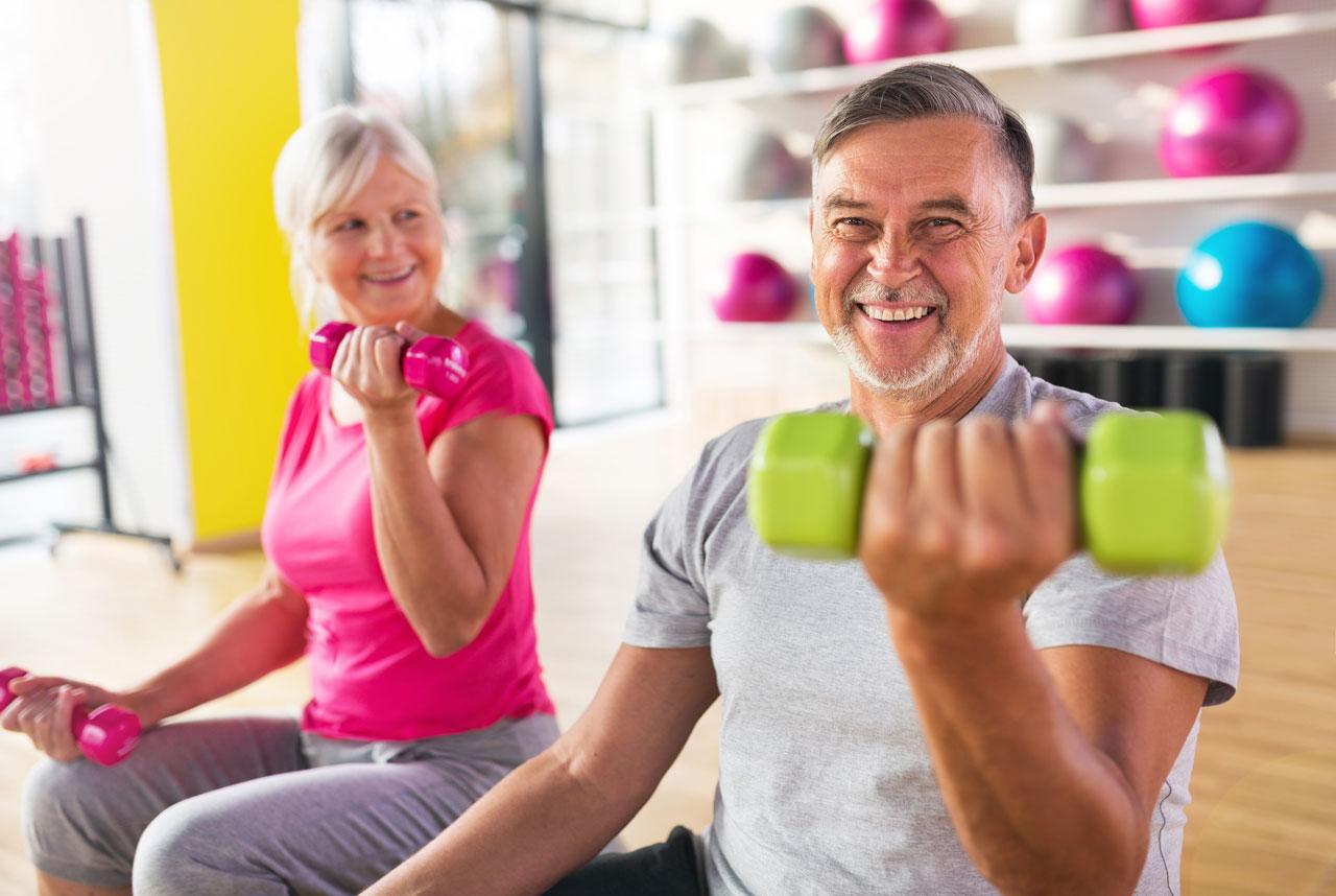 Couple de personnes âgées qui font des haltères – Ain Sport Santé