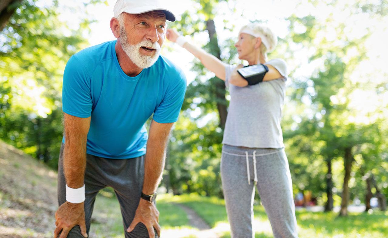Couple de personnes âgées qui font du sport en forêt – Ain Sport Santé