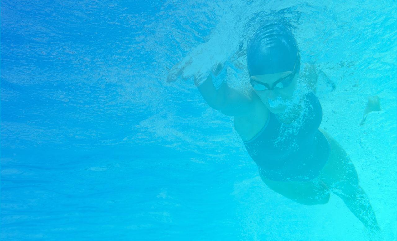 Nageuse qui nage le crawl en piscine – Ain Sport Santé